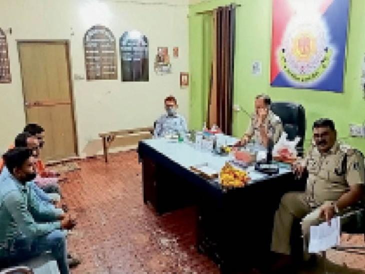 मुरैना में राठौर समाज के प्रतिनिधियों से चर्चा करते अफसर। - Dainik Bhaskar