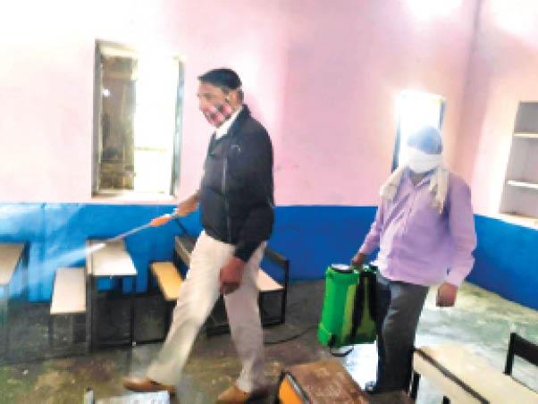 महेंद्रगढ़ के बेरी स्कूल में कक्षा कक्ष को सैनिटाइज करते कर्मचारी। - Dainik Bhaskar