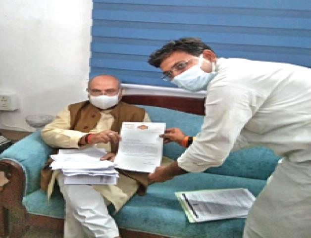 दिल्ली में केंद्रीय मंत्री काे शिकायती पत्र साैंपते भााजपा नेता। - Dainik Bhaskar