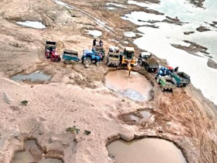 मुरैना के राजघाट पर 5 किमी के दायरे में बने गड्ढे और रेत भरते ट्रेक्टर-ट्रॉली। - Dainik Bhaskar