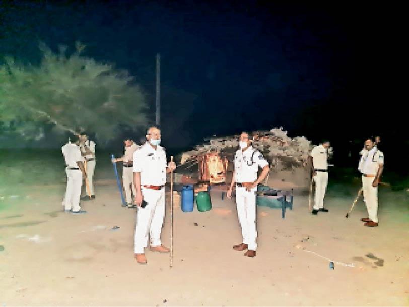 डेरे में पुलिस जवानाें की एक टुकड़ी। - Dainik Bhaskar