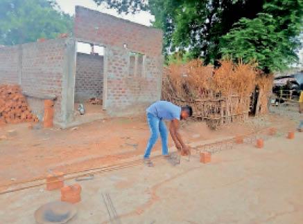 गाेदना में चल रहा मकान निर्माण। - Dainik Bhaskar