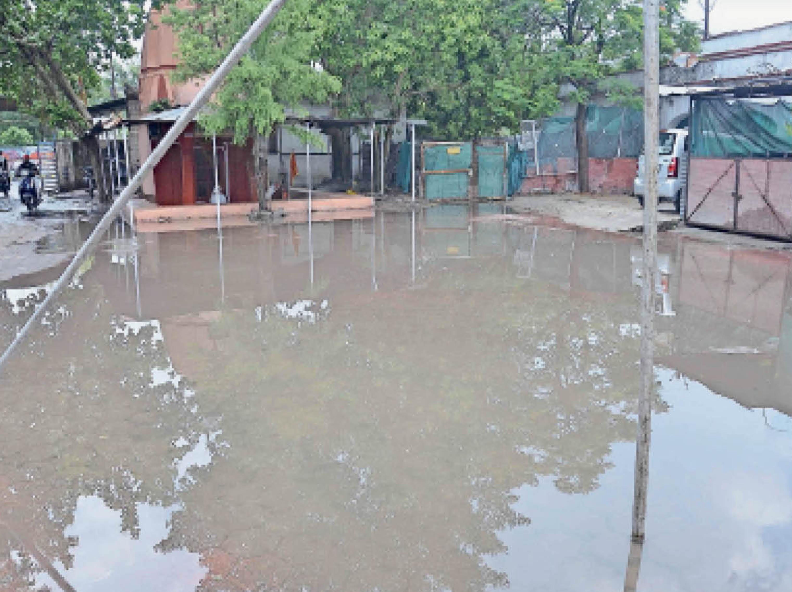 जिला अस्पताल के सामने कैंसर यूनिट परिसर में पानी भर गया। इससे वैक्सीन लगवाने आए लोग परेशान हुए। - Dainik Bhaskar