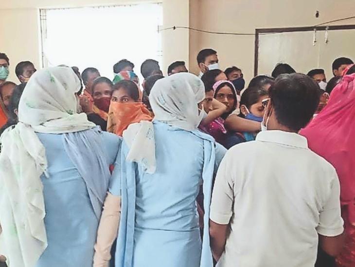 जयारोग्य अस्पताल में भीड़ को नियंत्रित करने के लिए महिला पुलिस भी लगाई गई। - Dainik Bhaskar
