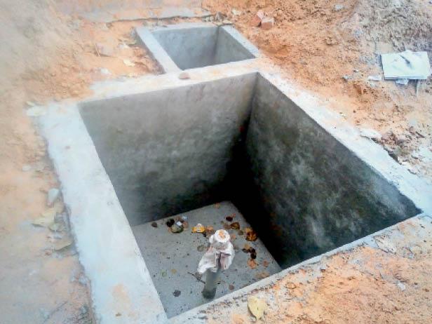 महम बीडीपीओ कार्यालय में जल स्तर बढ़ाने के लिए खोदे गए गड्ढे तथा उसमें लगा पाइप। - Dainik Bhaskar