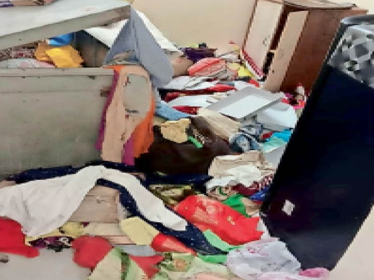 मातादीन कॉलोनी में चोरी के बाद बिखरा पड़ा सामान। - Dainik Bhaskar