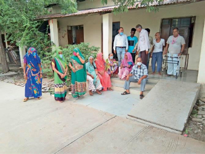 धार. इंदौर रोड स्थित रेडक्रॉस आश्रम के इन बुजुर्गाें काे दूसरी लहर छू भी नहीं सकी। - Dainik Bhaskar