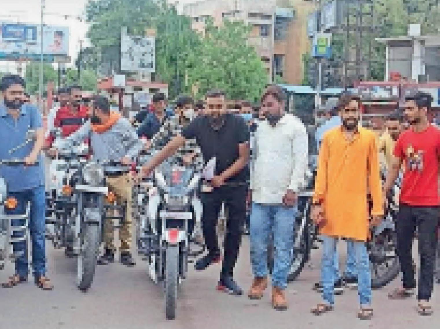 छतरपुर|पैदल बाइक रैली निकालकर प्रदर्शन करते हुए बजरंग सेना। - Dainik Bhaskar