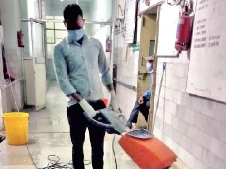 हमीदिया के खाली हुए कोरोना वार्डों की सफाई का काम शुरू हो गया है। - Dainik Bhaskar