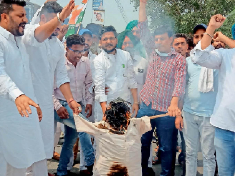 पेट्रोल-डीजल की बढ़ रही कीमतों के विरोध में केंद्र सरकार का पुतला जलाते हुए यूथ कांग्रेस के सदस्य। - Dainik Bhaskar