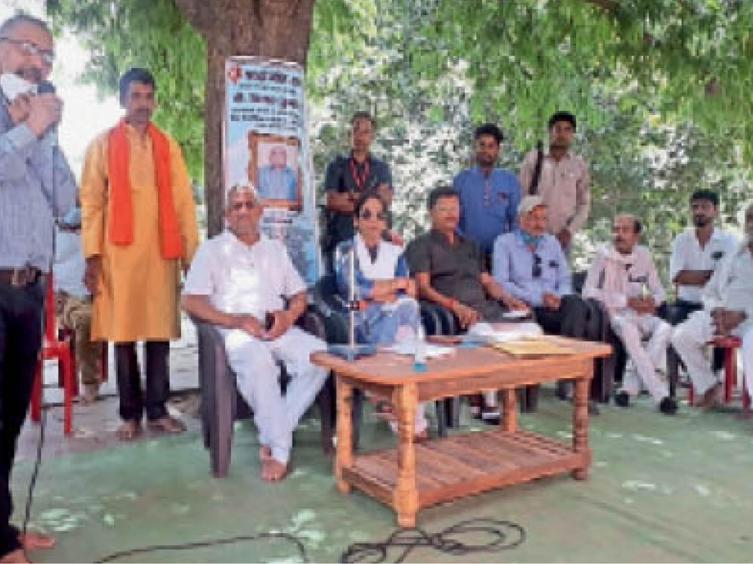 गांव में लाइब्रेरी निर्माण को लेकर बैठक में चर्चा करते लोग। - Dainik Bhaskar