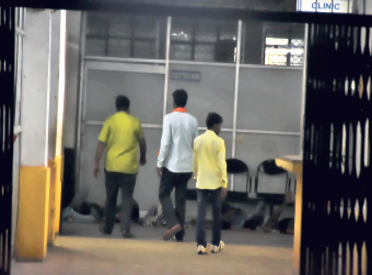 एसएनएमएमसीएच में ज्यादातर जगहों पर सुरक्षा गार्ड नजर नहीं आए। लोग बिना रोक-टोक के वार्डों में आते-जाते रहे। एक दिन पहले ही दावा किया गया था कि रात में लोगों के आने-जाने पर रोक रहेगी, लेकिन ऐसा कहीं नजर नहीं आया। - Dainik Bhaskar