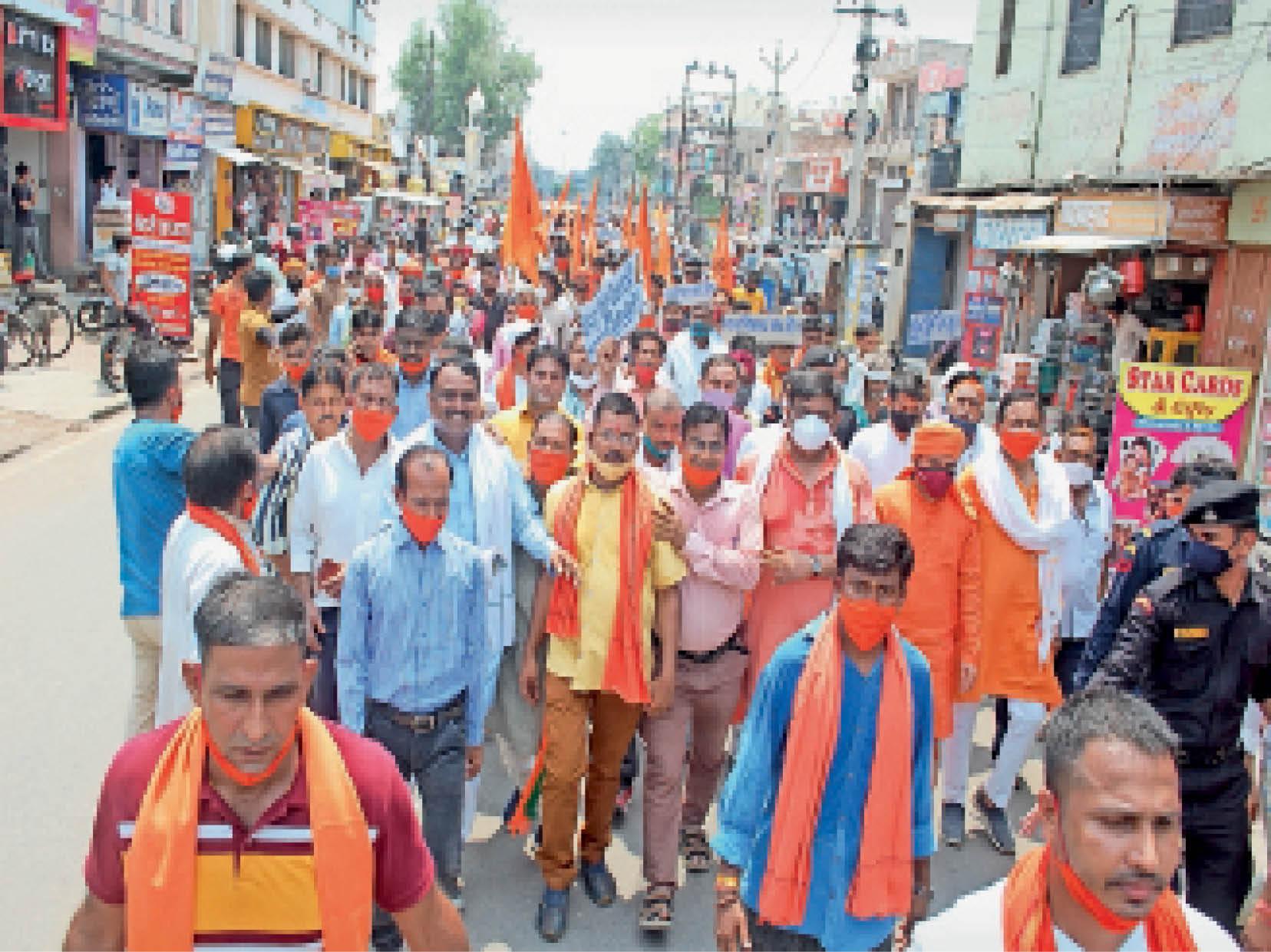 ज्ञापन देने जाते सांसद व अन्य नेता। - Dainik Bhaskar