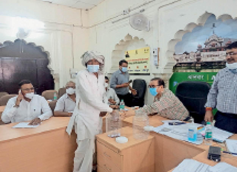 कलेक्ट्रेट सभागार में मौजूद बुजुर्ग से पहली लाॅटरी निकलवाते कलेक्टर। - Dainik Bhaskar