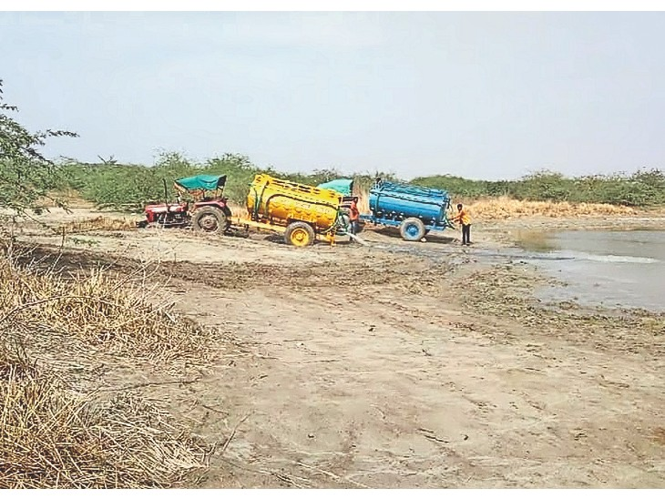 पचपदरा . जवाहर स्कूल के समीप मुख्य लाइन से पानी भर रहे ट्रैक्टर संचालक।