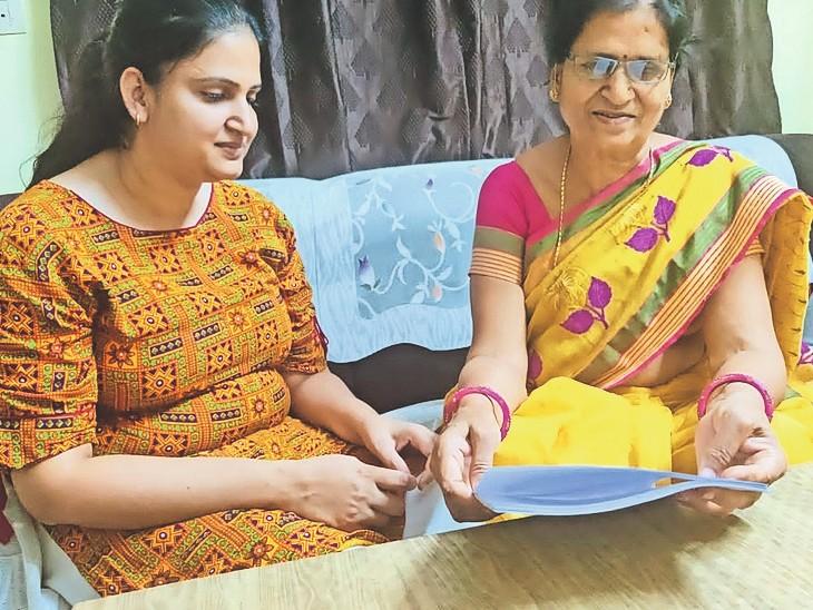 चिड़ावा. दृष्टिहीन बेटी को नोट्स पढ़कर सुनाती मां। - Dainik Bhaskar