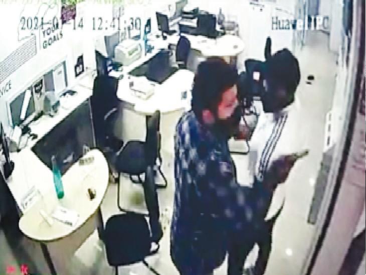पलवल, बैंक के सीसीटीवी फुटेज में लुटेरे पिस्तौल लहराते दिख रहे हैं। - Dainik Bhaskar