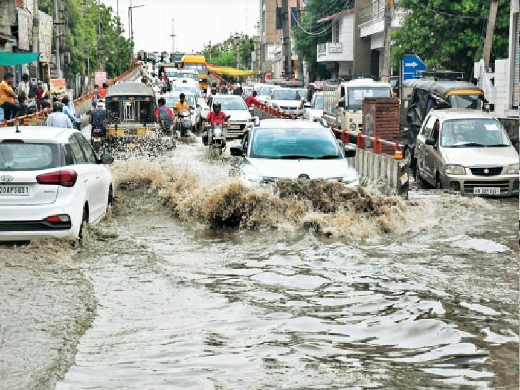 हिसार. शहर के कैंप चाैक के पास सड़क पर पानी ही पानी। - Dainik Bhaskar