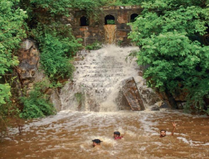 किशनकुंड में पहाड़ाें से बरसात का पानी आने पर नहाते लाेग। फोटो-भूपेंद्र प्रधान - Dainik Bhaskar