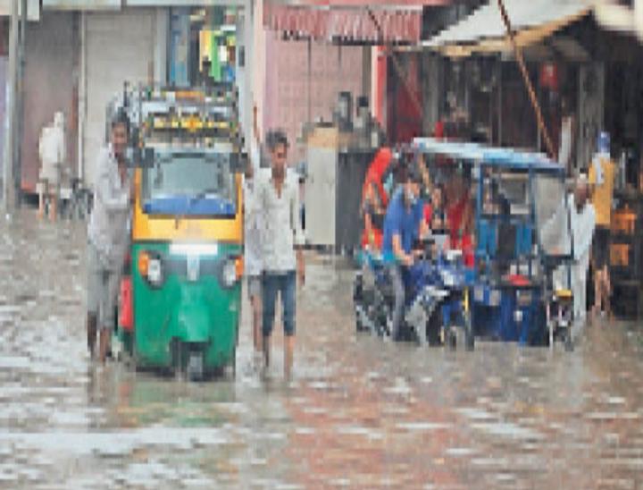 बुधवार को हुई बारिश के बाद बस स्टैंड के पास भरा पानी। - Dainik Bhaskar