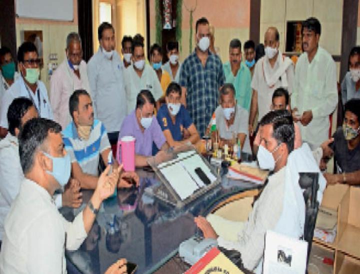 नगर परिषद में आयुक्त का घेराव करते कांग्रेस के पार्षद व अन्य। - Dainik Bhaskar