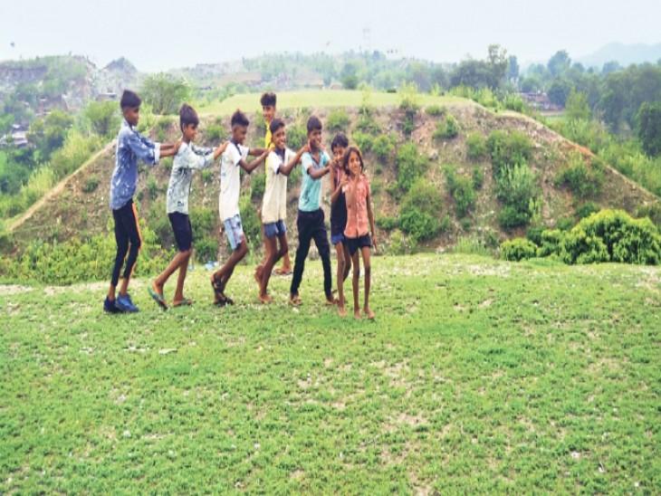 झुपेल में ट्रैक का काम बंद, अब यहां रेल-रेल खेलते हैं बच्चे - Dainik Bhaskar