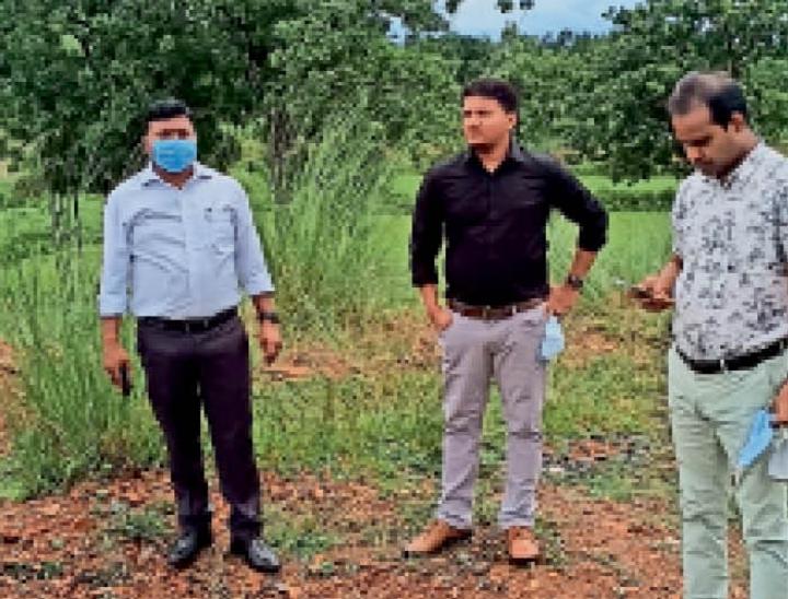 काशीडीह गांव में प्रोजेक्ट स्थल का जायजा लेती सड़क व परिवहन मंत्रालय की टीम। - Dainik Bhaskar
