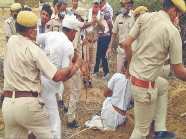 लात मारने के बाद आक्रोशित किसानों को पुलिस ने मौके से हटाया।