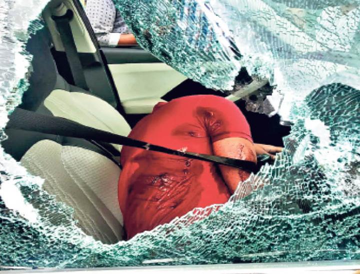 ड्राइविंग सीट की ओर से अंधाधुंध गोलीबारी, 7 गोलियां लगीं - Dainik Bhaskar