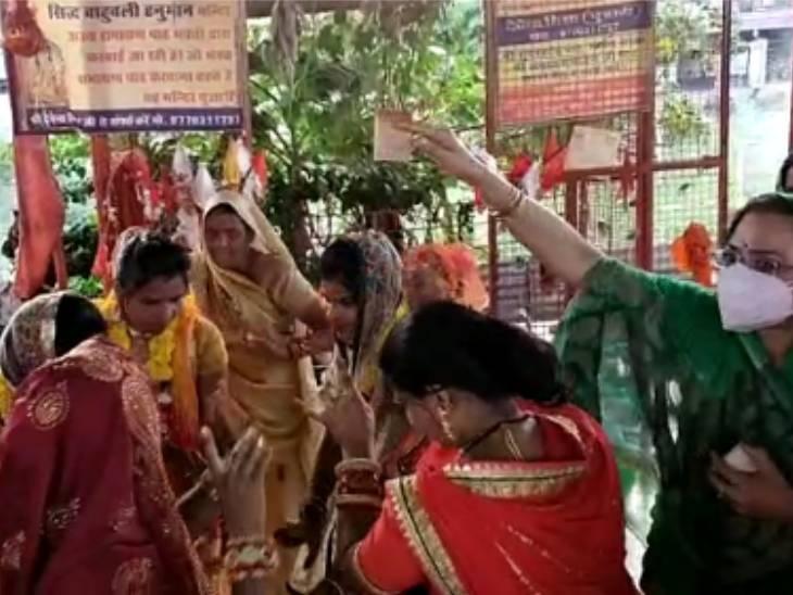 शादी के मौके पर डांस करती युवतियां और साधना सिंह।