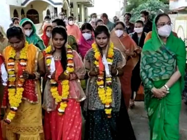 बेटियों के साथ शादी की रस्म निभातीं साधना सिंह।
