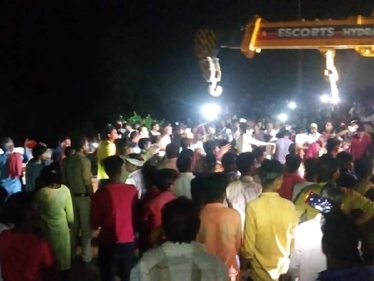 कुएं में पानी भरा था। इसके बाद वहां भीड़ लग गई। भीड़ के वजन से अचानक कुआं धंस गया। - Dainik Bhaskar