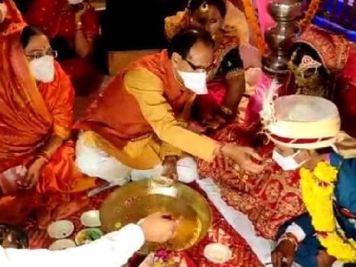 कन्यादान की रस्म निभाते मुख्यमंत्री और उनकी पत्नी साधना सिंह।