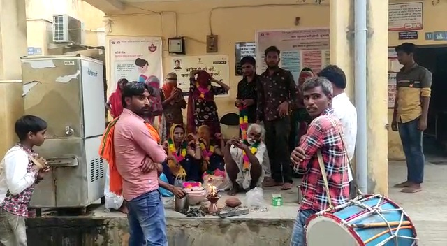 बिजली गिरने से हुई मौत में शव का पोस्टमार्टम करवाने पहुंचे थे SDM, सामने ही भोपा एक बच्चे की आत्मा को जिंदा करने का पाखंड रच रहा था|राजस्थान,Rajasthan - Dainik Bhaskar