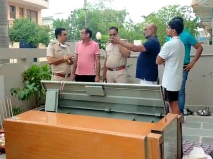 टूटी पड़ी अलमारी और मामले की जांच करने मौके पर पहुंची पुलिस। - Dainik Bhaskar