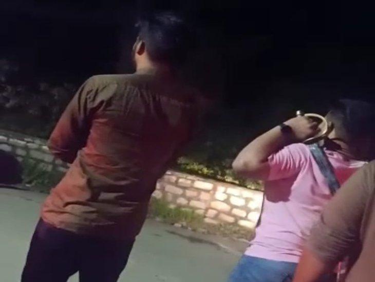 हाथ में तलवार लिए स्थानीय लोगों से मारपीट करता पंजाब का युवक। - Dainik Bhaskar