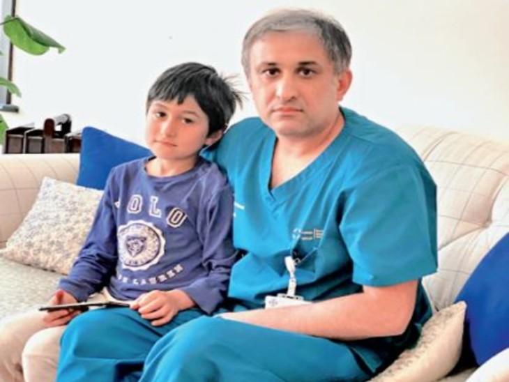 बेटे के साथ डॉ. मुर्तजा । - Dainik Bhaskar
