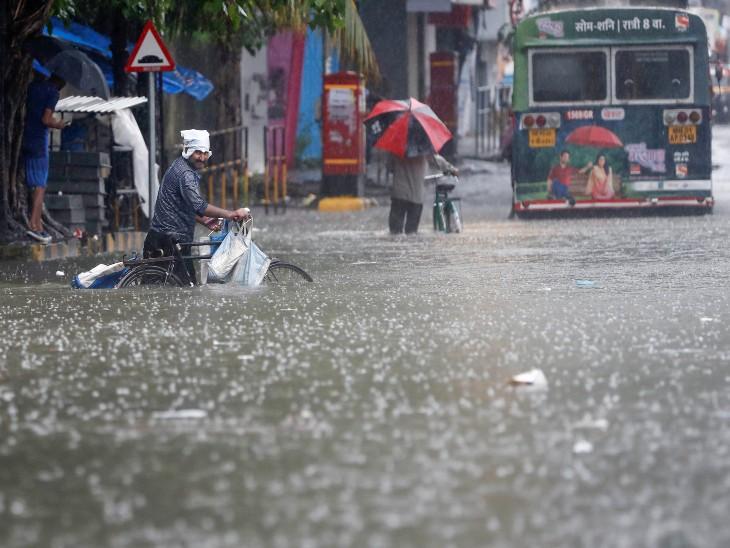 यह तस्वीर मुंबई के एक निचले इलाके की है, जो भारी बारिश के बाद डूब गया है।