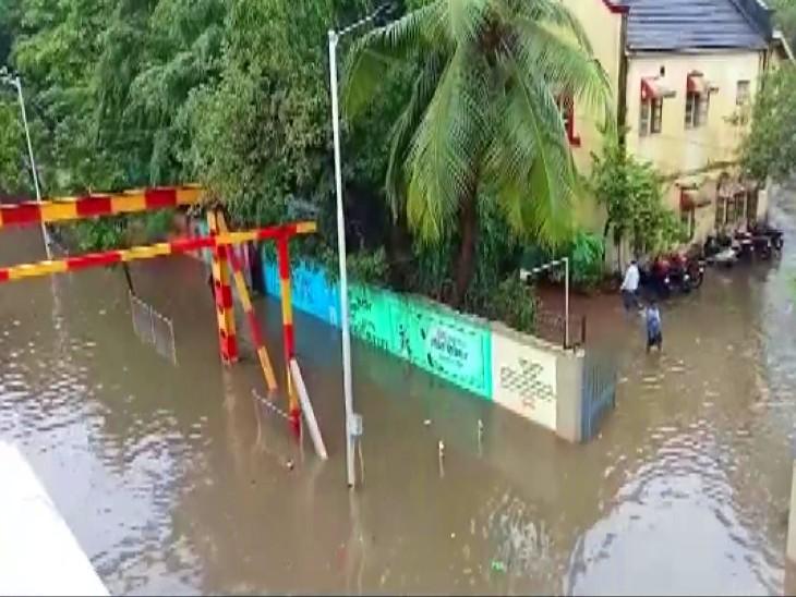 यह तस्वीर मुंबई के गांधी मार्केट इलाके की है। यहां कई सोसाइटी में इसी तरह पानी भर गया है।