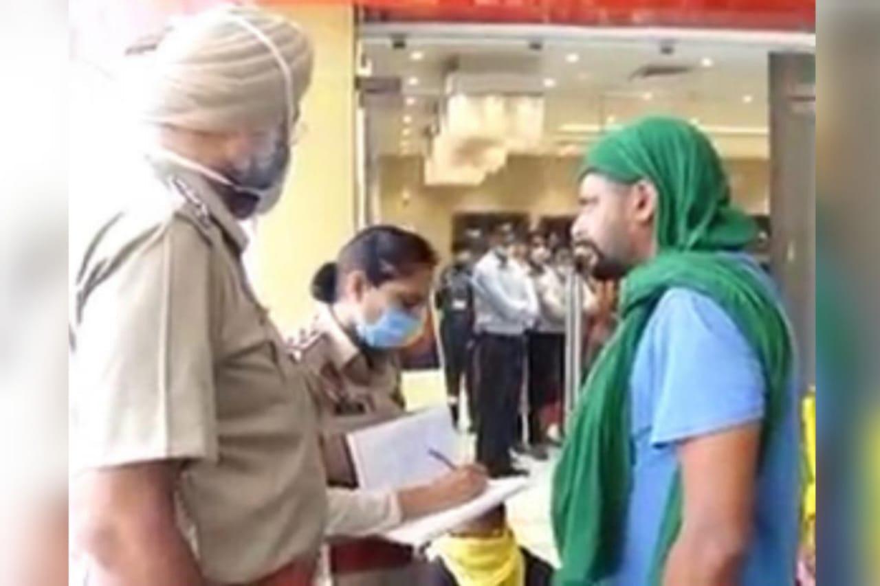 किसानों से बात करती पुलिस।