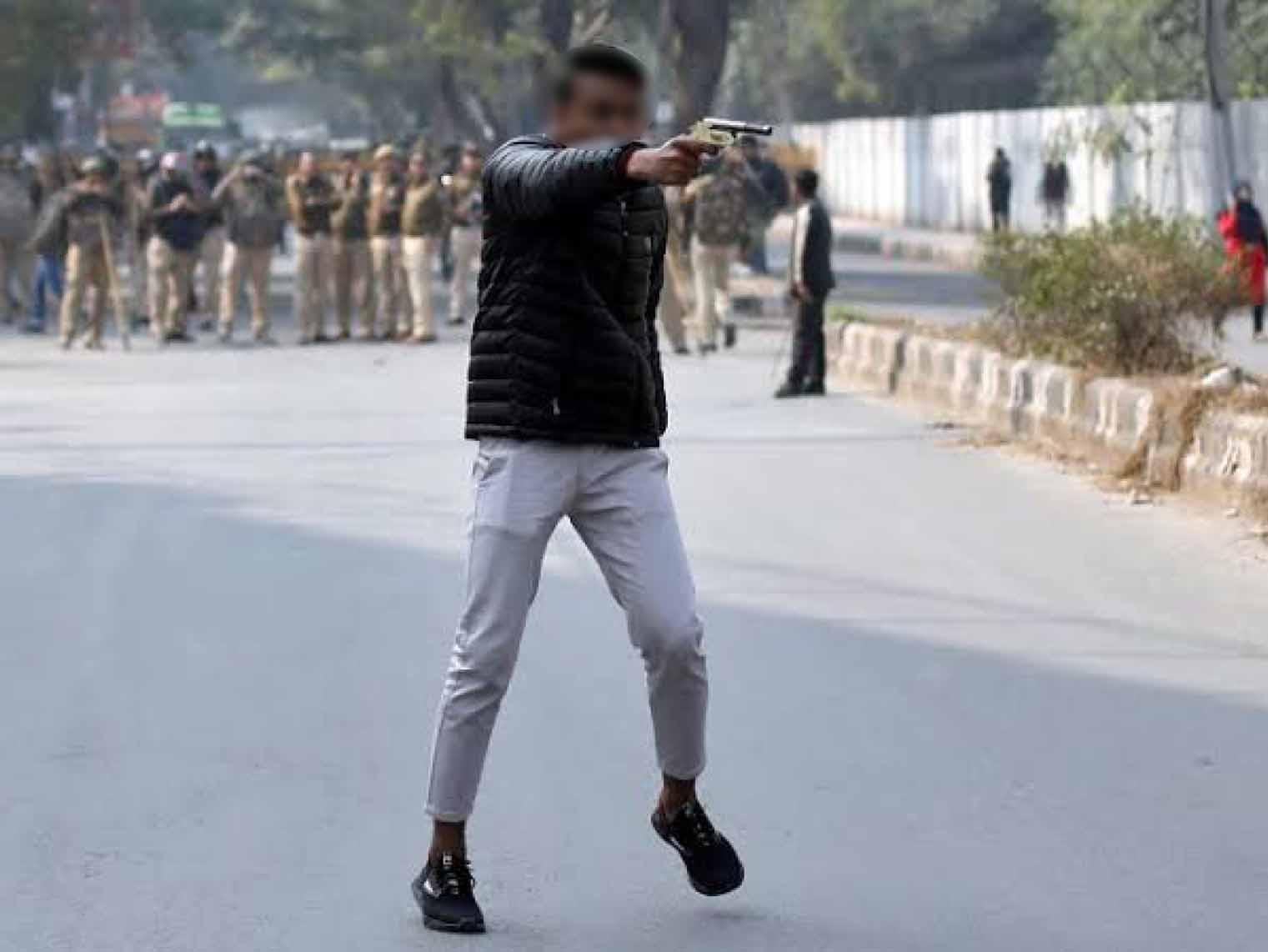 शाहीन बाग में प्रदर्शन के दौरान फायरिंग करने वाले गोपाल गुर्जर की यह फोटो दानिश ने खींची थी। इस फोटो ने उस वक्त राजधानी दिल्ली का बिगड़ा माहौल दिखाया था। (फोटो- रॉयटर्स)