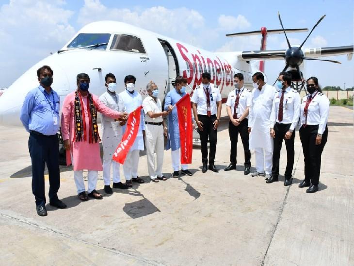 ग्वालियर एयरपोर्ट पर नई फ्लाइट को उड़ान भरने के लिए झंडी दिखाए हुए प्रभारी मंत्री सिलावट व अन्य।