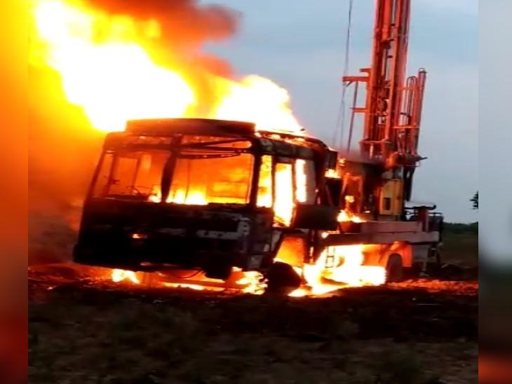 गर्म हो जाने से बोरिंग मशीन में लग गई आग, 30 मिनट में आग के गोला बनी और राख हो गई...|ग्वालियर,Gwalior - Dainik Bhaskar