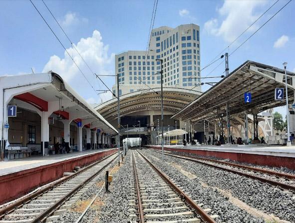 गांधीनगर में 5 स्टार होटल के नीचे बना रेलवे स्टेशन।