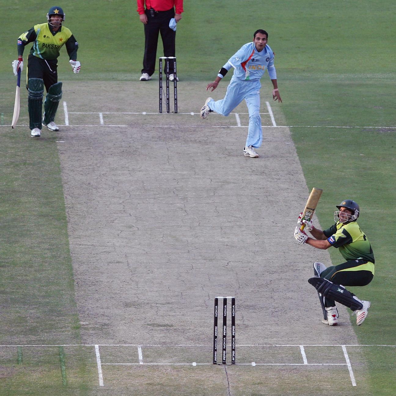 मिस्बाह स्कूप की कोशिश में आउट हुए थे। उनका कैच श्रीसंत ने फाइन लेग में लिया था।