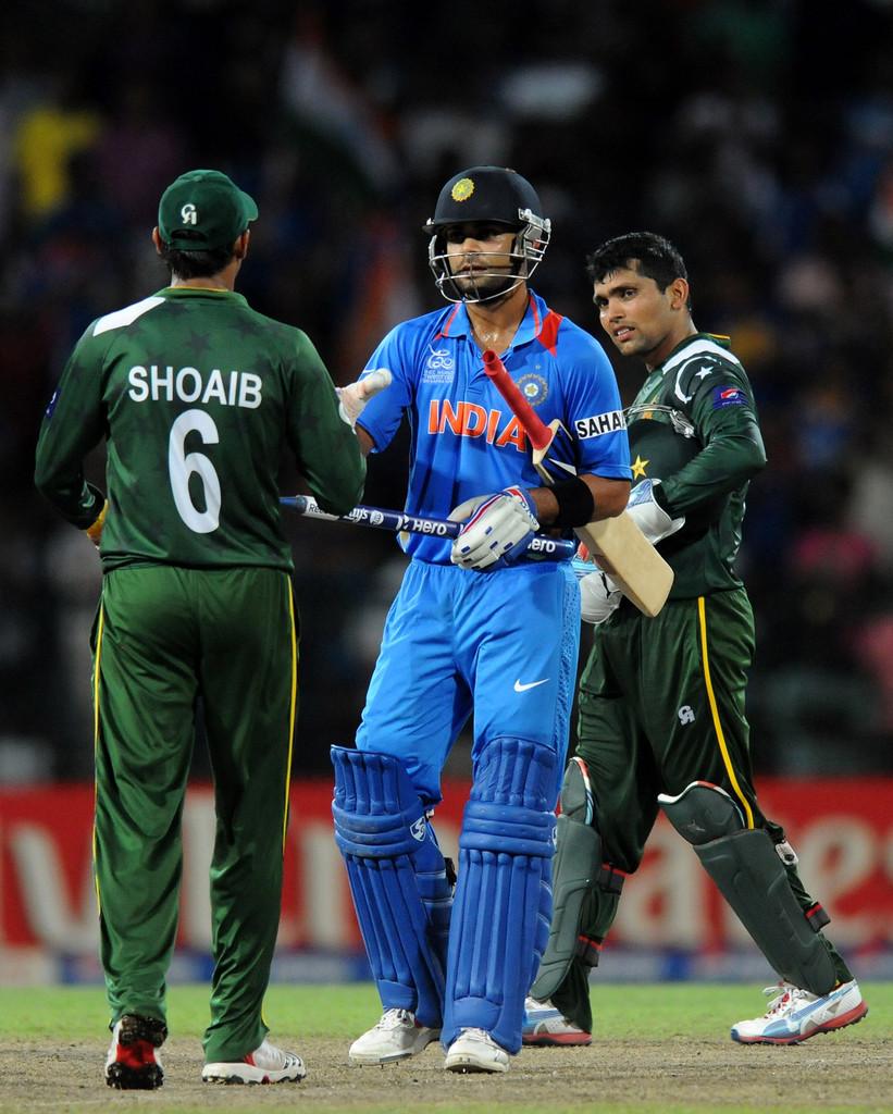 मैच जिताने के बाद शोएब मलिक से मिलते विराट कोहली।