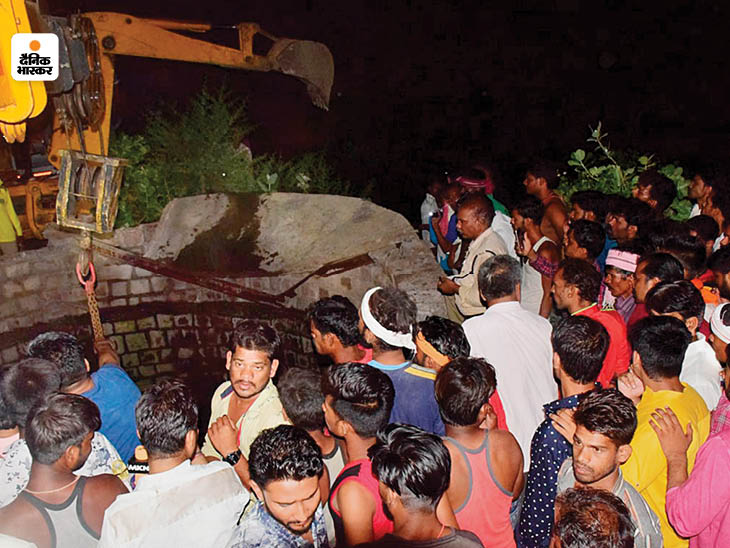 घटनास्थल के पास रातभर लोगों की भीड़ जुटी रही, वे राहत कार्य में मदद भी कर रहे थे।