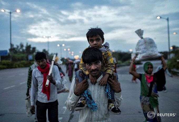 भारत में जब कोरोना के दौरान पहला लॉकडाउन लगा तो दानिश ने प्रवासियों के पलायन को अपने कैमरे में कैद किया। इस दौरान खींची गई कई तस्वीरें प्रवासियों के दर्द का जीवंत गवाह बन गईं। (फोटो- रॉयटर्स)