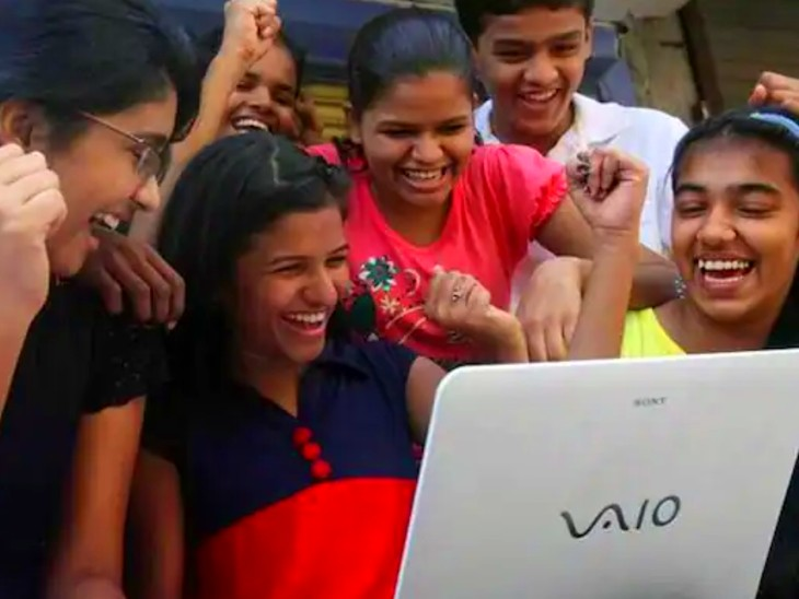शुक्रवार को महाराष्ट्र बोर्ड चैयरमेन ने कहा कि 957 स्टूडेंट्स के 100 फीसदी अंक आए हैं। - Dainik Bhaskar