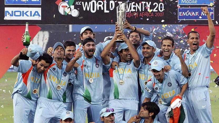 2007 टी-20 वर्ल्ड कप ट्रॉफी के साथ टीम इंडिया।